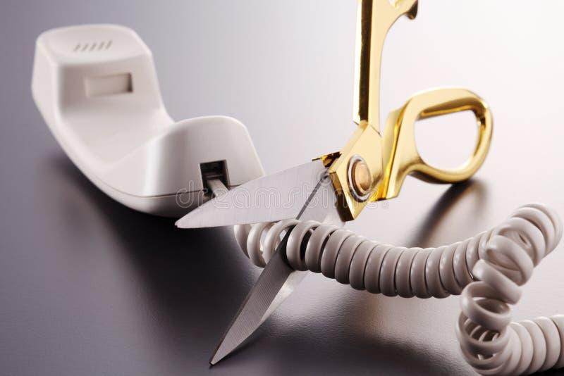 Ciseaux coupant le cordon téléphonique images stock
