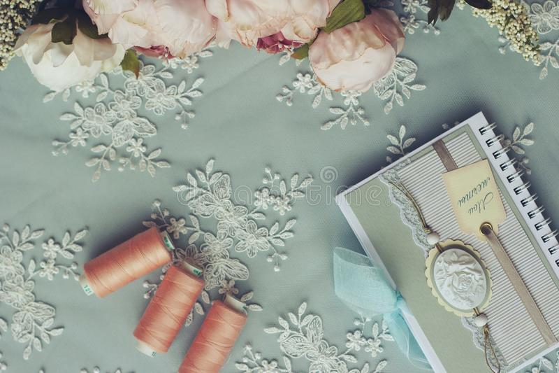 Ciseaux de couture de fil d'aiguille d'accessoires coupant piquer photo libre de droits