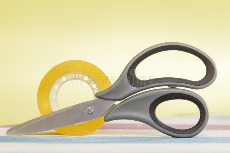Ciseaux de papeterie et rouleau de ruban adhésif de bureau images libres de droits