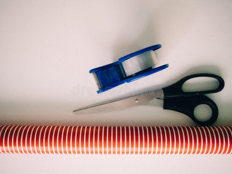 Ciseaux, frise et papier d'emballage pour préparer des cadeaux de Noël photos libres de droits