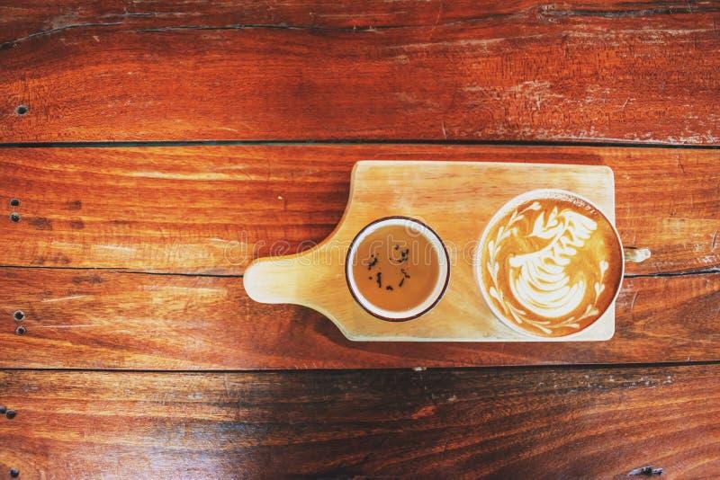 Cisne da arte do latte do café na tabela de madeira velha cafetaria, Tail?ndia foto de stock royalty free