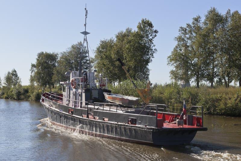 A cisne incorporada do barco de trabalho vai concordar o canal na região de Vologda, Rússia de Belozersky imagem de stock royalty free
