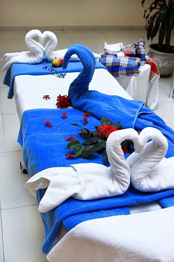 Cisnes hechos de las toallas en la tabla del masaje, Turquía imagen de archivo libre de regalías