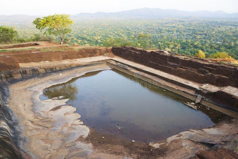 Cisterna antiga em Sigiriya, Sri Lanka fotografia de stock