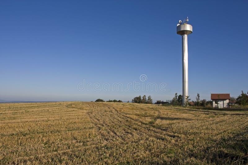 Cisterna da água no campo checo imagem de stock