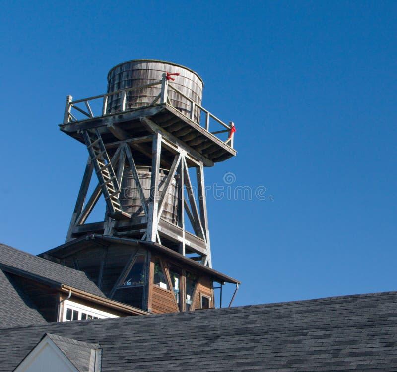 Cisterna em um telhado imagem de stock royalty free