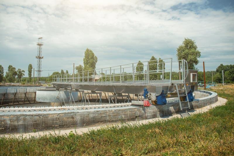Cisterna o bacino idrico per purificazione e pulizia biologiche delle acque reflue sporche da fango attivo fotografia stock