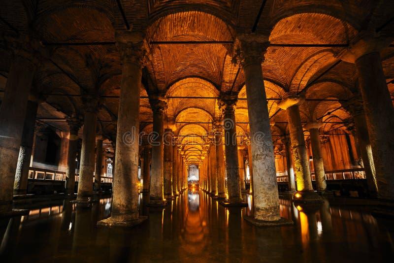 Cisterna subterráneo Yerebatan Sarnici de la basílica en Estambul, Turquía fotografía de archivo