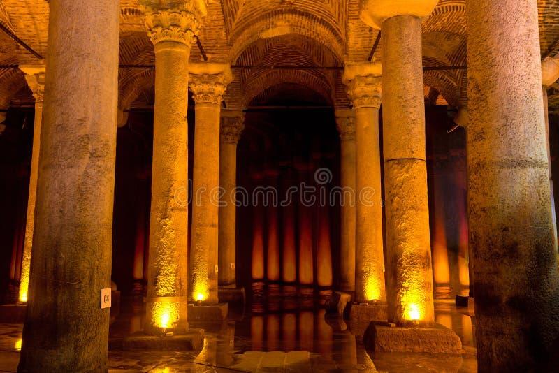 Cisterna subterráneo Yerebatan Sarnici de la basílica en Estambul, Turquía Lugar turístico famoso imagenes de archivo