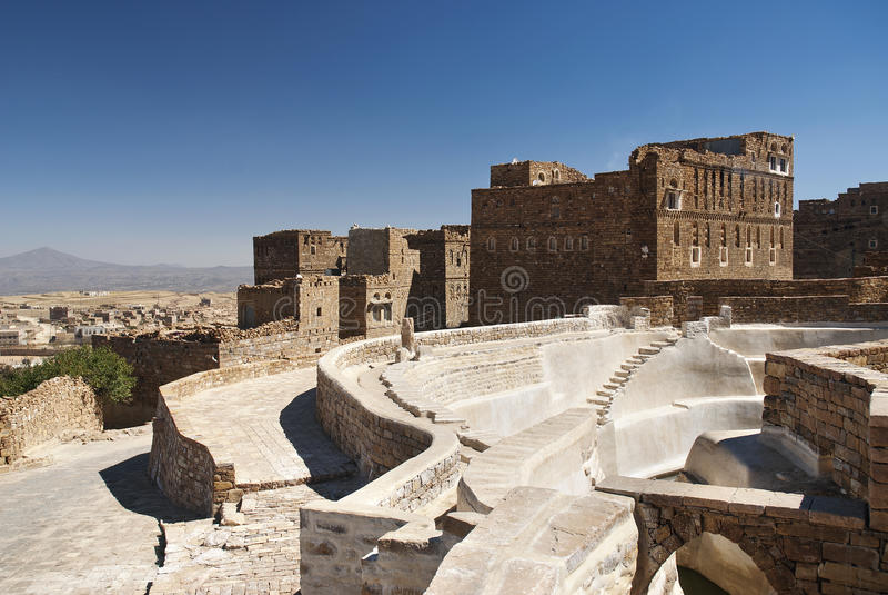 Cisterna tradicional da vila perto de sanaa yemen foto de stock royalty free