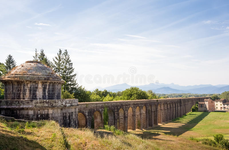 Cisterna y acueducto antiguos con el espacio de la copia imágenes de archivo libres de regalías