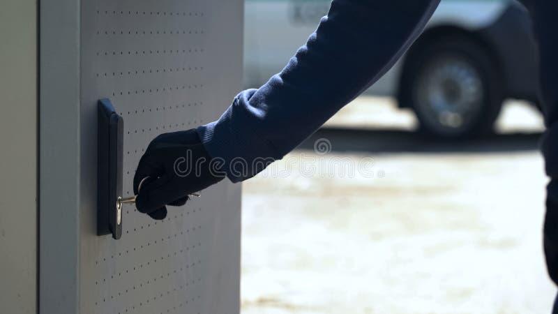 CIT chroni otwierać ATM skrytkę z kluczem ładować magazyn z gotówką, techniczna usługa zdjęcia stock