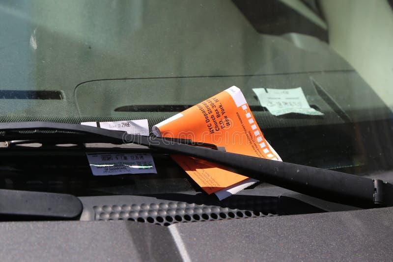 Citação ilegal da violação do estacionamento no para-brisa do carro em New York imagens de stock