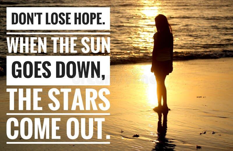 Citação inspiradora - Não perca esperança Quando o sol se abaixa, os começos saem Com a jovem silhueta sozinha foto de stock royalty free