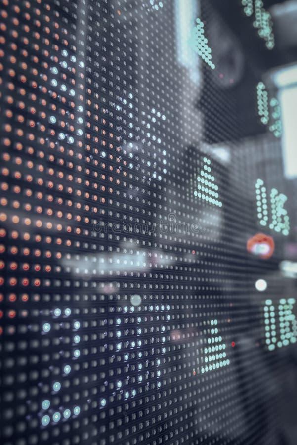 Citações do mercado de valores de ação que indicam em uma tela grande foto de stock