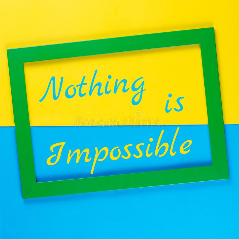 Citações inspiradas Não há impossíveis no quadro verde no fundo colorido fotografia de stock