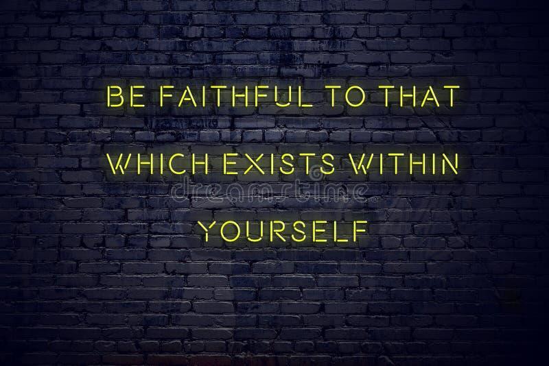 Citações inspiradores positivas no sinal de néon contra a parede de tijolo para ser fiel a isso que existe dentro do senhor mesmo ilustração royalty free