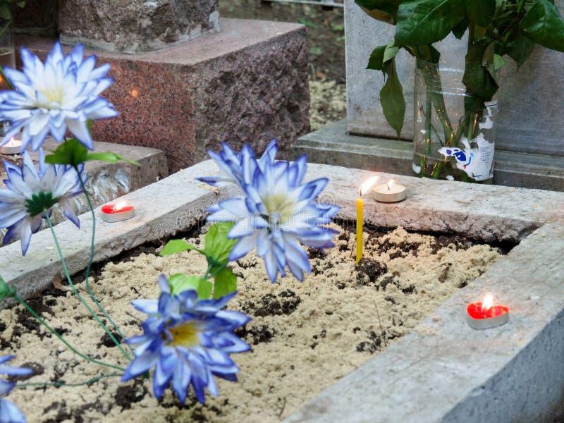 Cita con los difuntos en el cementerio El alma del difunto vino a la reunión con un pariente que cuidaba foto de archivo libre de regalías