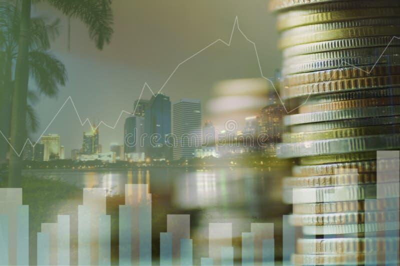 Cita da exposição dobro e empilhado do dinheiro da moeda com conceito da conta, da finança e da operação bancária para o fundo o  imagem de stock royalty free