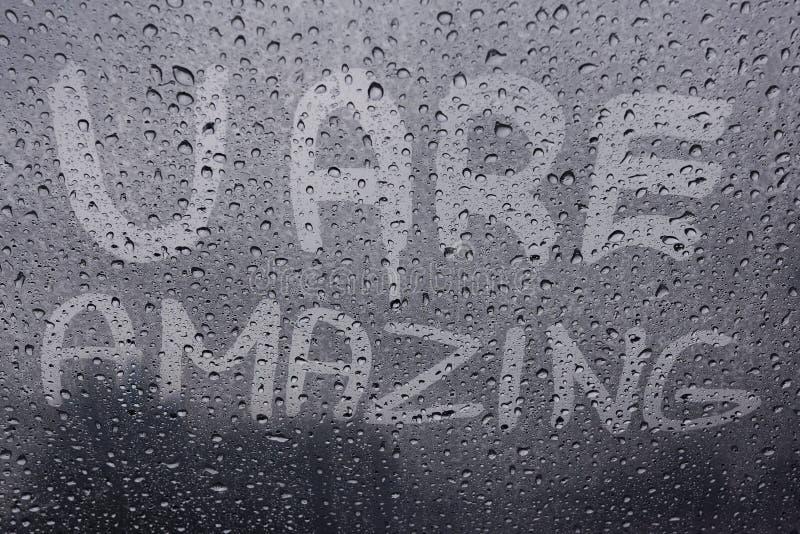 Cita de motivación en ventana foto de archivo
