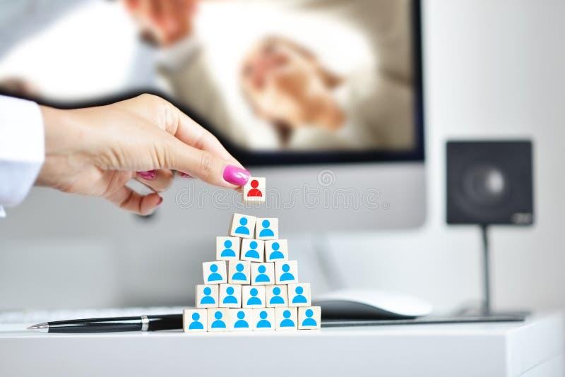 Cita de un nuevo concepto del encargado con el organigrama de la compañía ilustrado en los cubos de madera imagenes de archivo