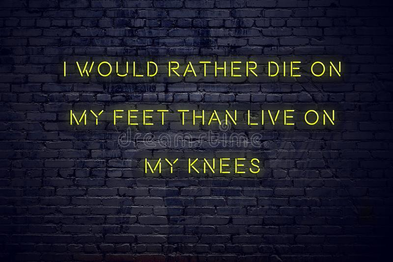 Cita inspiradora positiva en señal de neón contra la pared de ladrillo moriría bastante en mis pies que vivos en mis rodillas ilustración del vector
