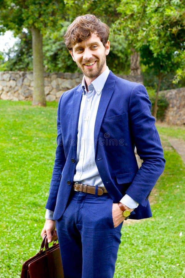 Cita que espera hermosa del hombre de negocios para en la sonrisa feliz fotografía de archivo libre de regalías