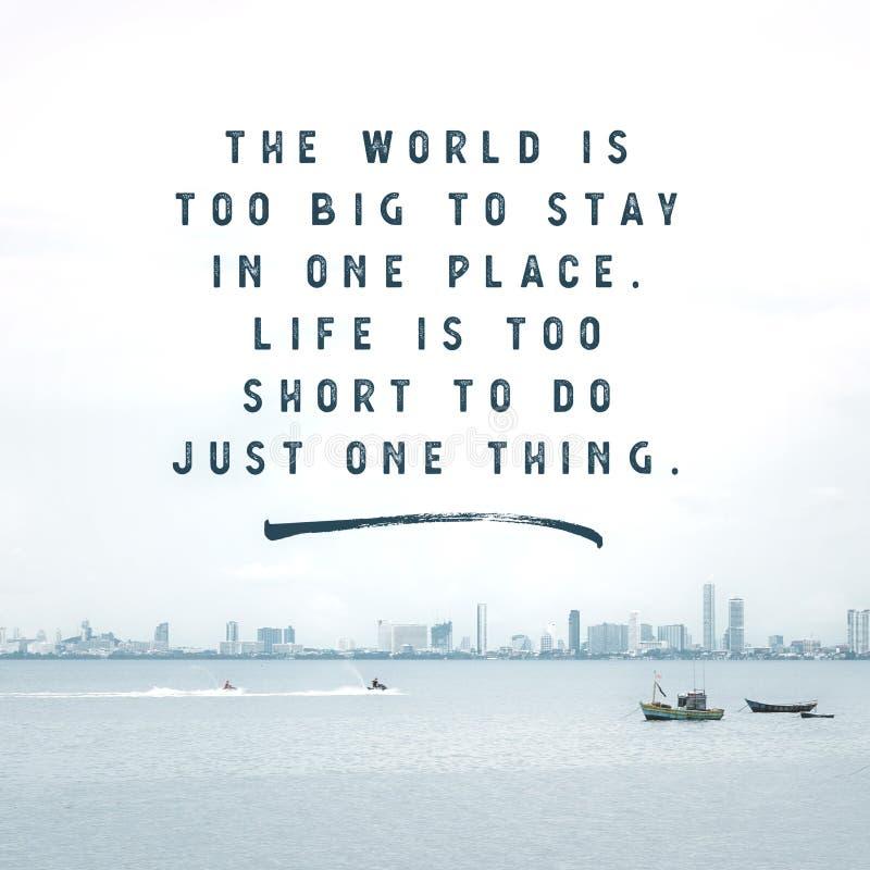 Cita tipográfica inspirada - el mundo está a grande a permanecer en un lugar La vida es demasiado corta hacer apenas una cosa imagen de archivo libre de regalías