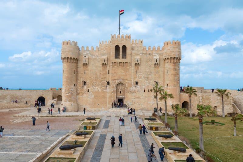 Citadel van Qaitbay, een de 15de eeuw verdedigingsdievesting op de Middellandse Zee kust, Alexandrië, Egypte wordt gevestigd stock afbeelding