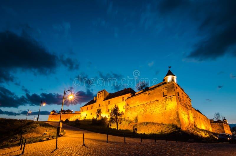 Citadela de Brasov na noite, marco de Brasov fotos de stock royalty free