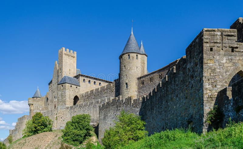 A citadela em Carcassonne, uma fortaleza medieval no de francês foto de stock