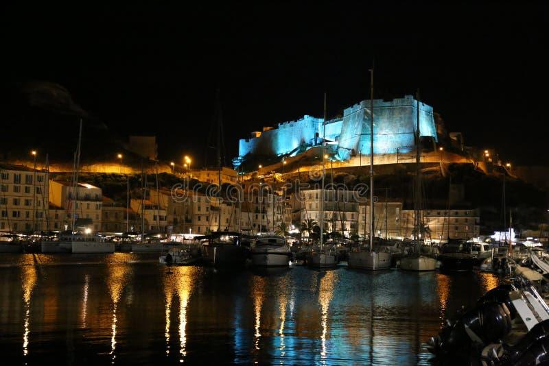 Citadell och port av Bonifacio Corsica vid natt royaltyfria foton