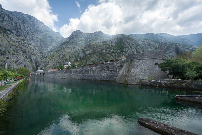 Citadell som omges av vallgraven och berg arkivbild