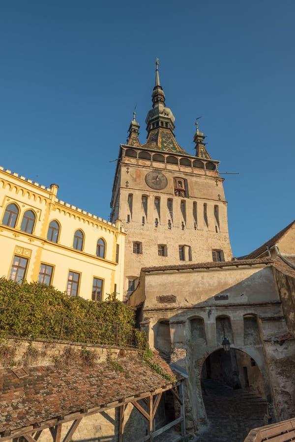 Citadelle, tour d'horloge et porte dans Sighisoara, Roumanie photos stock
