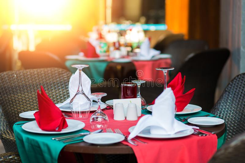 Citas de tabla agradable adornadas con la decoración hermosa con las placas y las servilletas La tabla de cena elegante fotos de archivo libres de regalías