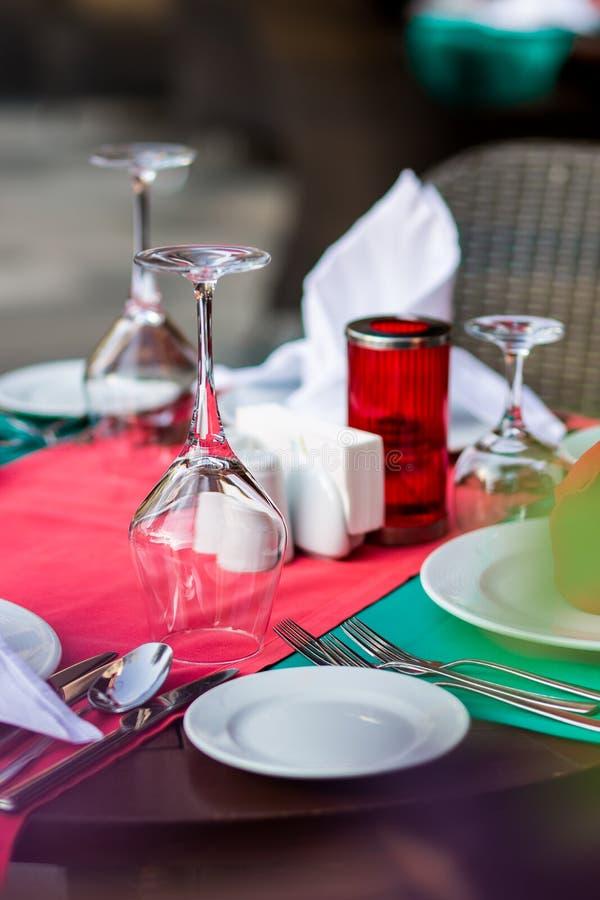 Citas de tabla agradable adornadas con la decoración hermosa con las placas y las servilletas La tabla de cena elegante fotografía de archivo