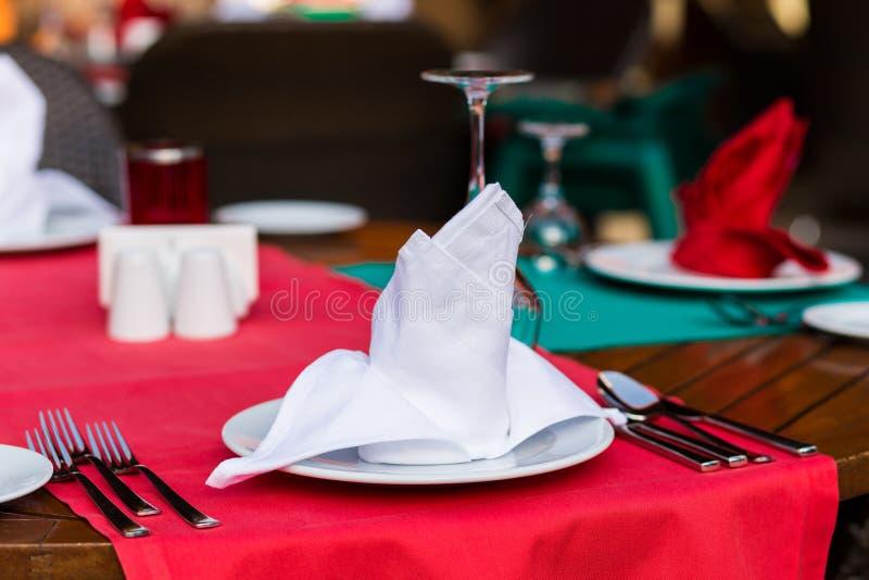 Citas de tabla agradable adornadas con la decoración hermosa con las placas y las servilletas La tabla de cena elegante imagenes de archivo