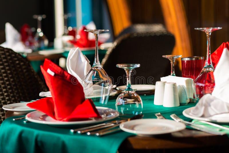 Citas de tabla agradable adornadas con la decoración hermosa con las placas y las servilletas La tabla de cena elegante foto de archivo