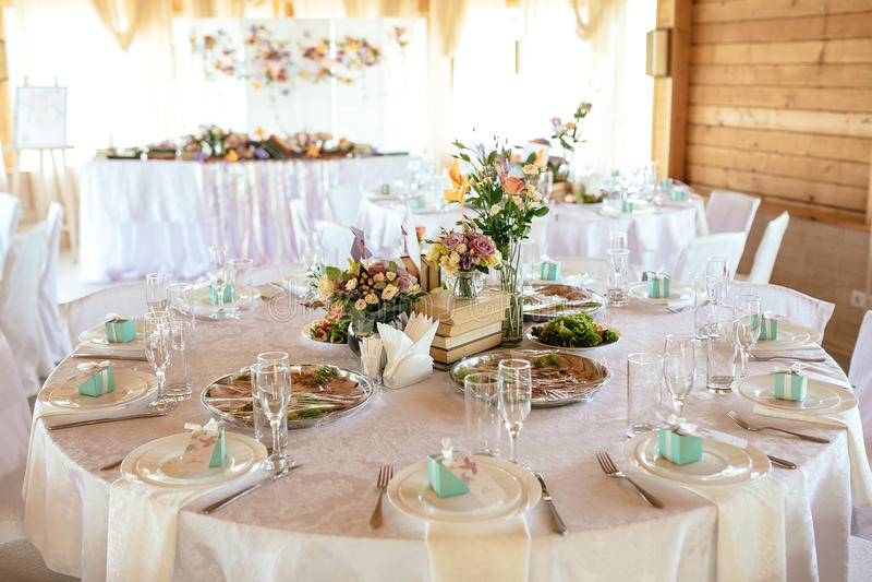 Citas de tabla de la boda con la decoración y las flores hermosas foto de archivo libre de regalías