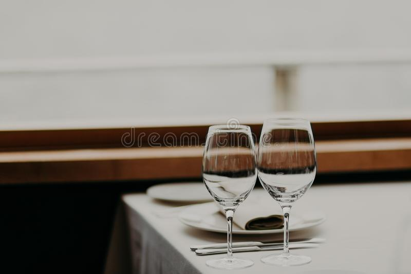 Citas de tabla en restaurante Cena festiva en café de lujo Configuración del vector de la boda Cubiertos sin gente Decoración ele imágenes de archivo libres de regalías