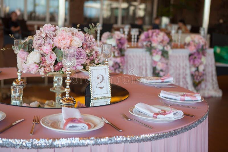 Citas de tabla en restaurante Preparación de la boda imagen de archivo
