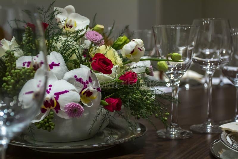 Citas de tabla de la boda con el fondo hermoso de las flores Romántico, día del ` s de la tarjeta del día de San Valentín, día de imagen de archivo libre de regalías