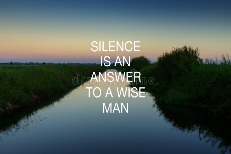 Citas inspiradas - el silencio est? y respuesta a un hombre ancho fotografía de archivo libre de regalías