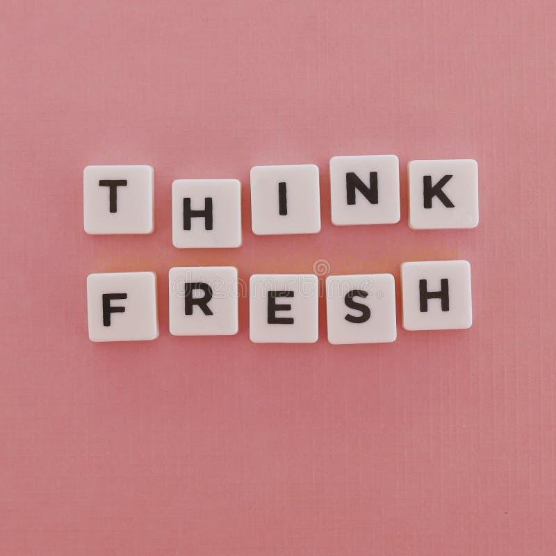 Citas ' Piense Fresh' en fondo rosado foto de archivo libre de regalías