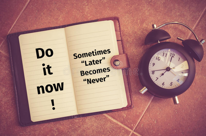 Citation d'inspiration : Faites-la maintenant ! Ne devient jamais parfois plus tard image stock