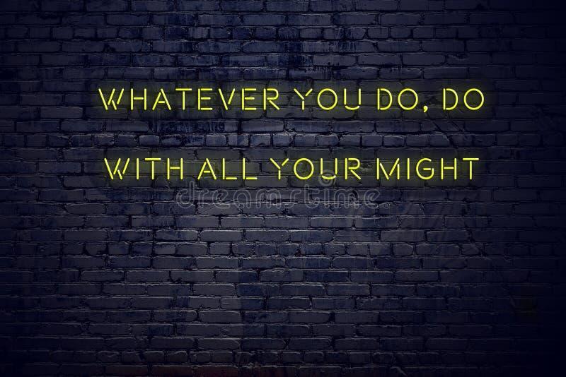Citation de inspiration positive sur l'enseigne au néon contre le mur de briques quoi que vous fassiez avec toute votre force image stock