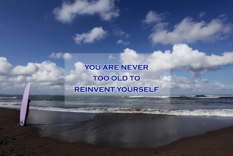 Citation de motivation inspirée vous n'êtes jamais trop vieux pour vous réinventer Avec l'image trouble d'une jeune position de f image stock