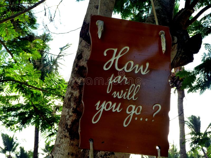 Citation inspirée de motivation à quelle distance vous irez sur un soupir accrochant dans l'arbre image stock