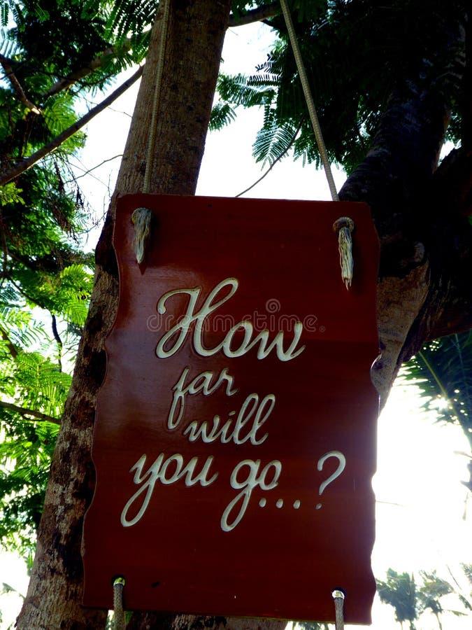 Citation inspirée de motivation à quelle distance vous irez sur un soupir accrochant dans l'arbre photographie stock