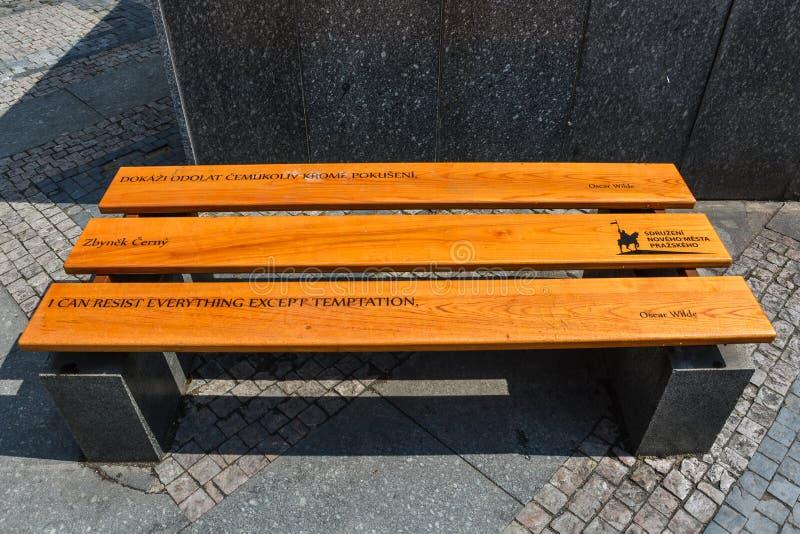 Citationstecken av berömt folk på bänkar på Wenceslas Square i Prague fotografering för bildbyråer